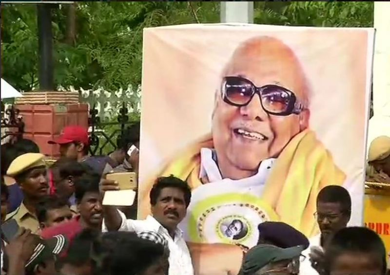Karunanidhi death Live: 2 dead and 33 injured in scuffle and stampede outside Rajaji Hall