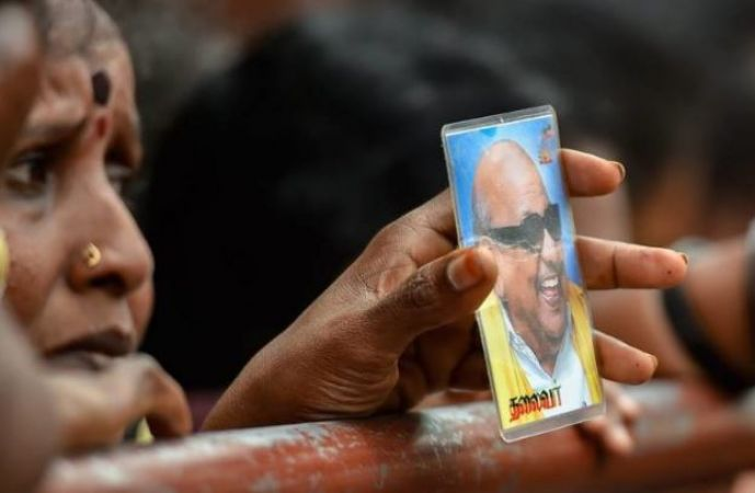 Karunanidhi Death Live Updates: Crowd weeps badly on the demise of Kalaignar, See photos