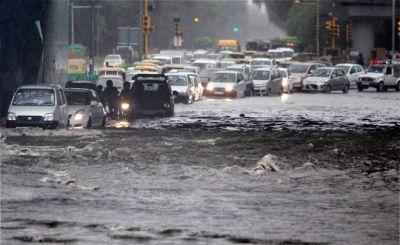 Heavy rain in Delhi NCR, people stranded in a jam