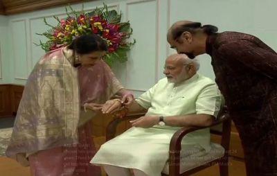 Qamar Mohsin Sheikh ties Rakhi to PM Narendra Modi, celebrating the same since 24 years