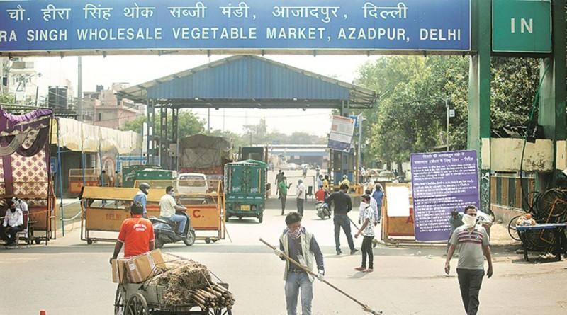 दिल्ली आजादपुर मंडी में किसानों की नाकेबंदी से बढ़ रही परेशानी