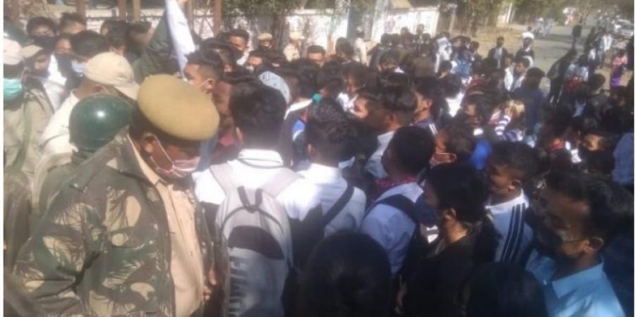 सामान्य कक्षाएं बहाल करने की मांग को लेकर छात्रों ने किया विरोध प्रदर्शन, तो पुलिस ने कर डाला ये काम