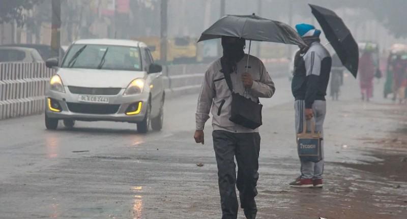 दिल्ली में बारिश के चलते गर्मी से मिली राहत, आज फिर चल सकती है तेज आंधी