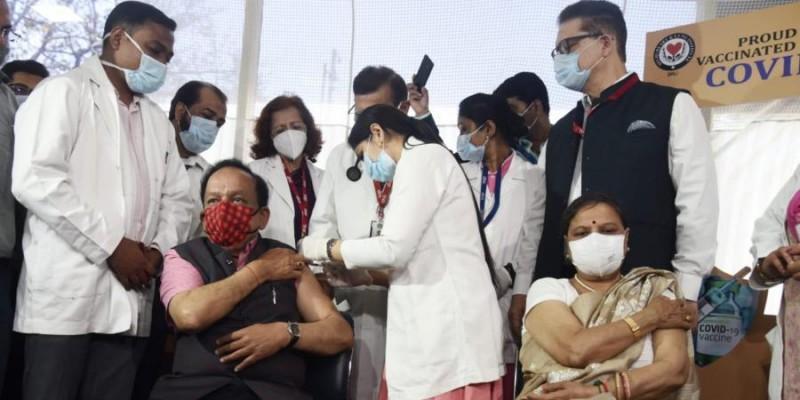 स्वास्थ्य मंत्री डॉ. हर्षवर्धन और उनकी पत्नी को लगा कोरोना टीका