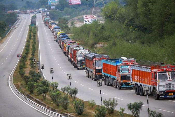 भूस्खलन से जम्मू कश्मीर राजमार्ग पर लगा जाम