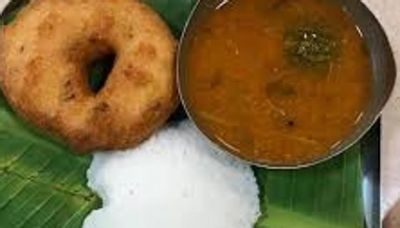 Nagpur man finds a dead lizard in vada sambar at Haldiram's outlet