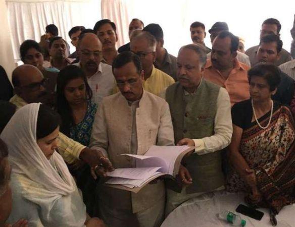 Apple executive Vivek Tiwari death case: Uttar Pradesh Deputy CM hands over  job appointment letter to wife Kalpana Tiwari
