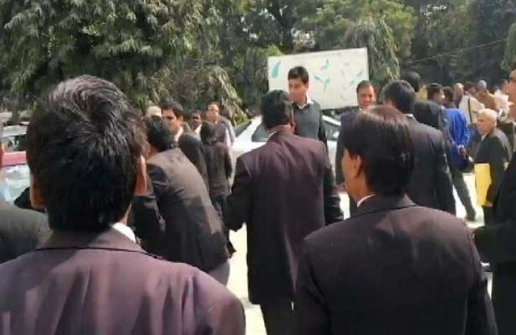 कोर्ट में पिटाई के विरोध में पत्रकारों ने निकाला सुप्रीम कोर्ट तक मार्च