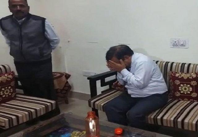 राजस्थान यूनिवर्सिटी के प्रोफेसर पीके गोयल को रिश्वत लेते रगें हाथों पकड़ा