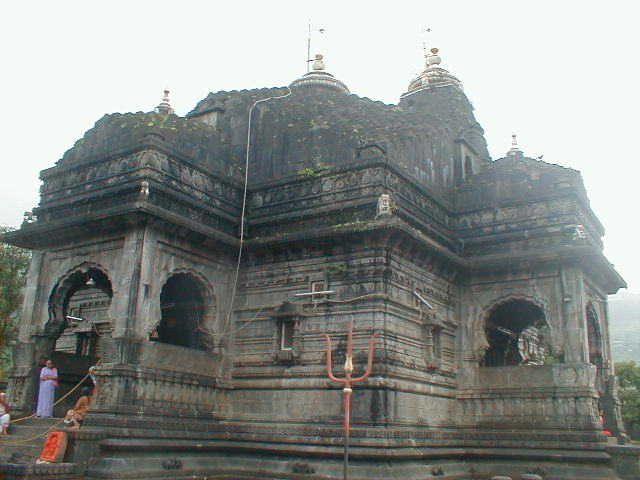 नासिक के त्र्यंबकेश्वर मंदिर के गर्भगृह में महिलाओं के प्रवेश की मांग