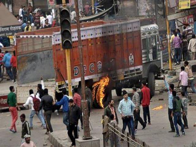 राजस्थान में उपद्रवियो ने सड़कों पर मचाया उत्पात, कई बसों को किया आग के हवाले