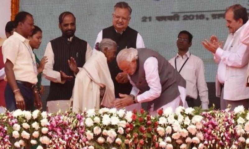 मोदी ने लिया था कुंवर बाई से आशीर्वाद, रमन ने किया एक लाख रू से सम्मानित