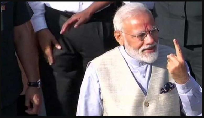 PM Narendra Modi cast his vote, arrived in bulletproof accompanied by Amit Shah