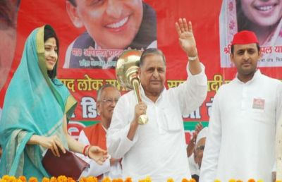 Akhilesh and Dimple to open Heritage Hotel, Mulayam to Open Library