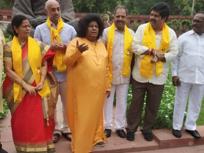 Shivaprasad turns into Satya Sai Baba to support Andhra Pradesh's special status demand