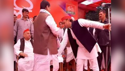 Akhilesh touches Shivpal's feet on Holi after 4 years