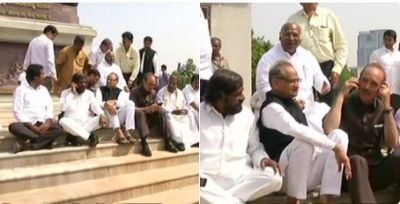 Karnataka:Congress MLAs and leaders protest at Mahatma Gandhi's statue
