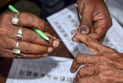 BJP workers giving 500rs and forcefully applying ink on fingers of Dalit voters in Chandauli