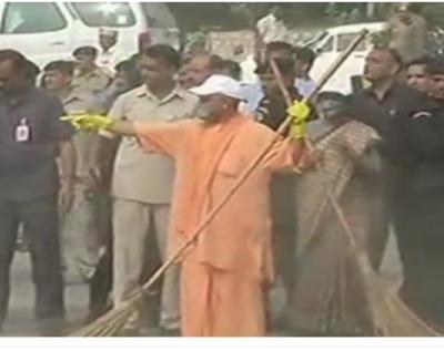 CM Yogi Adityanath took the broom to clean Taj Mahal