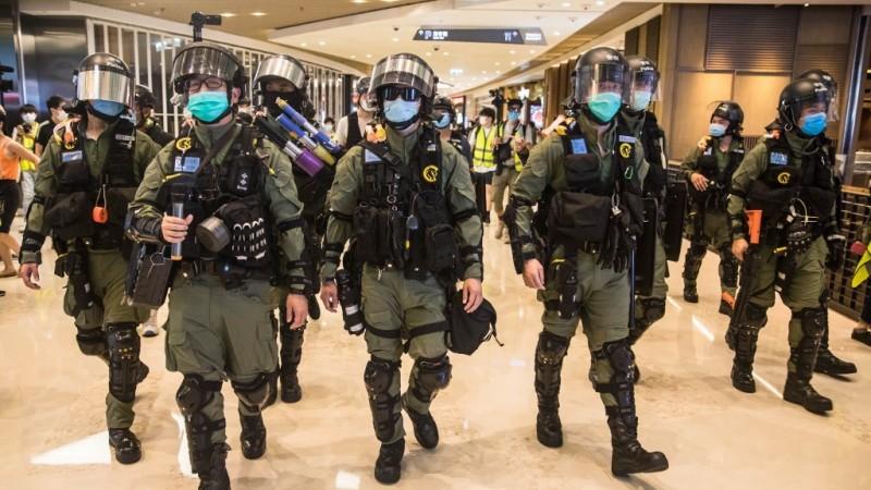 हांगकांग में पुलिस की सुरक्षा पर हुआ दुर्लभ हमला, जानिए पूरा मामला