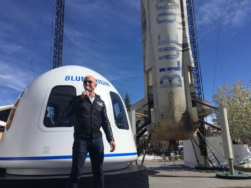 स्पेस में बैक फ्लिप लगाते हुए नज़र आए अमेज़न के CEO, वायरल हुआ वीडियो