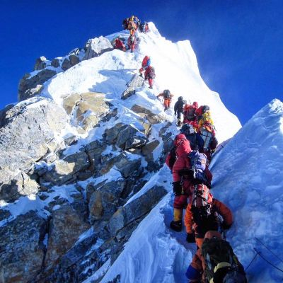 People queued to climb Mt.Everest! A sort of Traffic Jam
