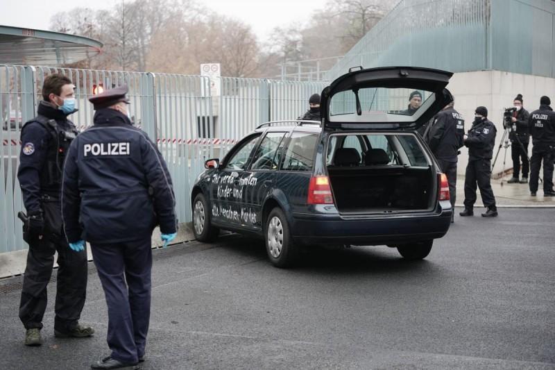 जर्मनी में एक कार एंजेला मर्केल के संघीय कुलाधिपति के द्वार में जा घुंसी, हुआ ये हाल