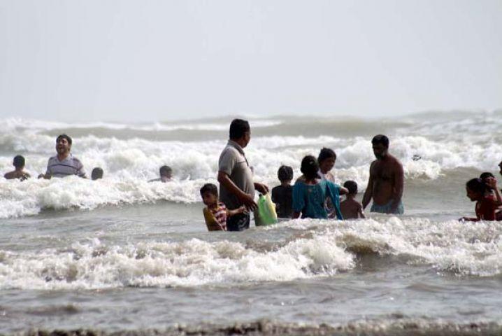 पाकिस्तान में समंदर में नहाने पर रोक