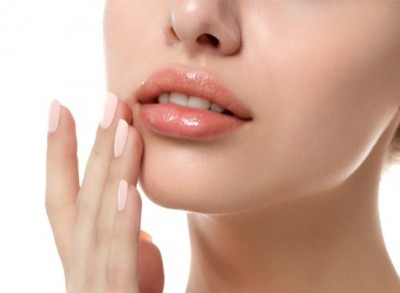 Here are 3 natural home remedies to treat your dark lips