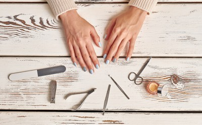 HOW TO GIVE YOURSELF A PERFECT MANICURE AT HOME