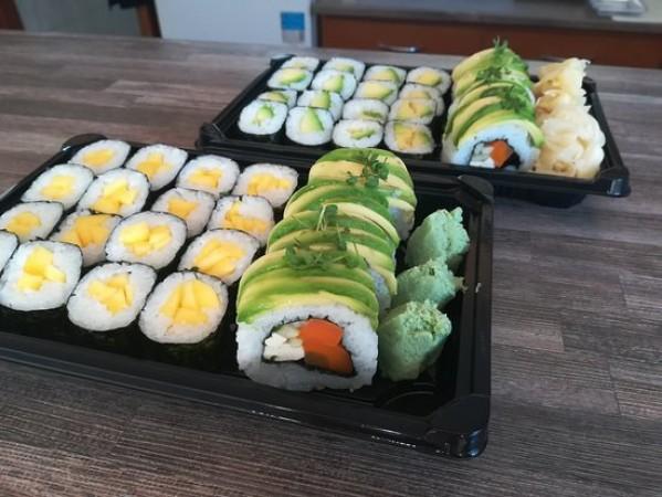 इस तरह बनाएं स्वादिष्ट एवोकैडो और मैंगो उरामाकी सुशी