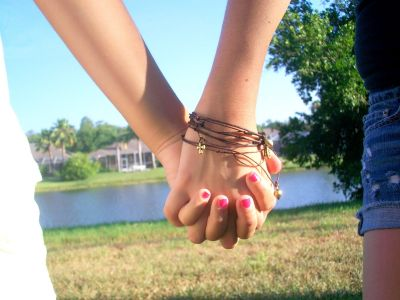 Hold partner's hand can give relief from pain: Study