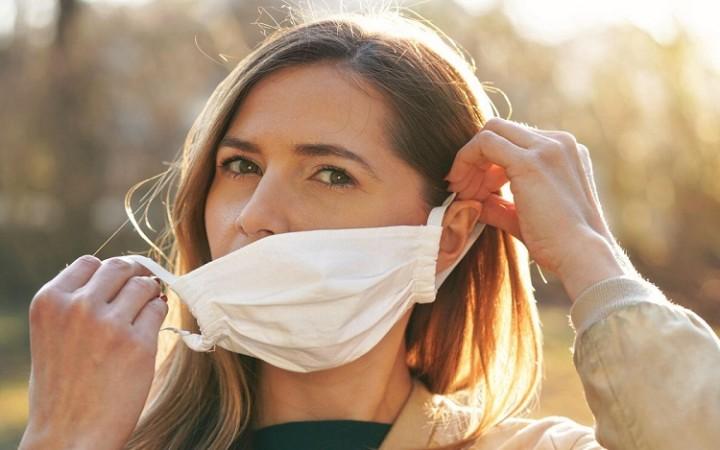 अध्ययन में पाया गया सीमित जगहों पर बिना मास्क के बोलने से SARS-CoV-2 फैलने का होता है खतरा
