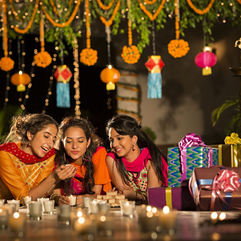 दिवाली में अपनी राशि के अनुसार पहने इस रंग के कपड़े