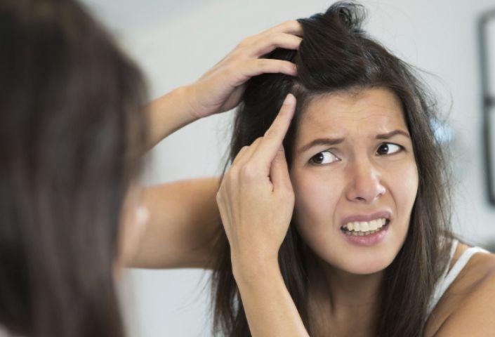 बालों की रूसी करना है दूर तो यह करे