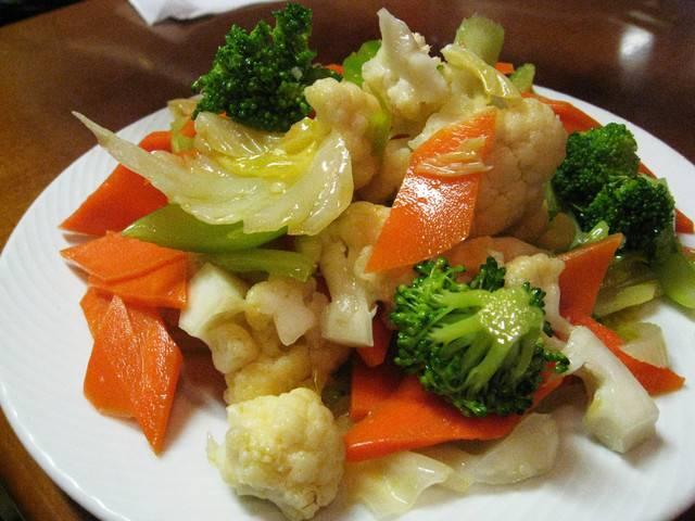 खाने में स्वाद बढ़ाये, गोभी, गाजर और मटर का मिक्स आचार