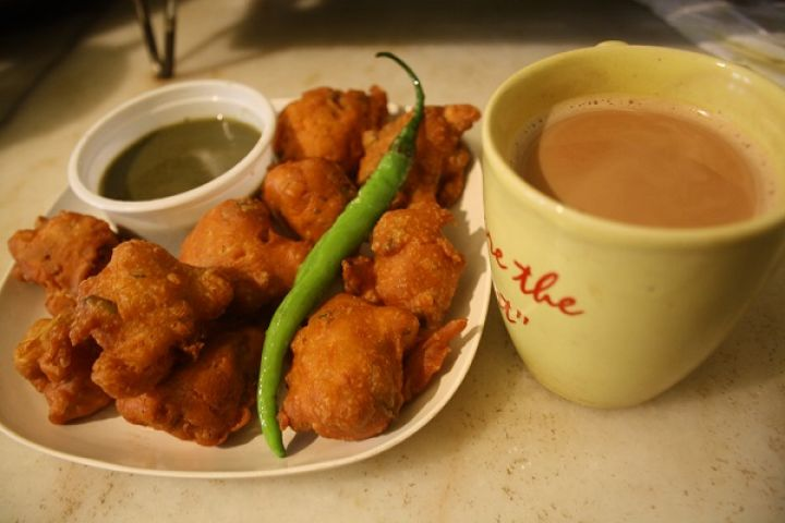 Rainy Season Craving: pakoda with tea!