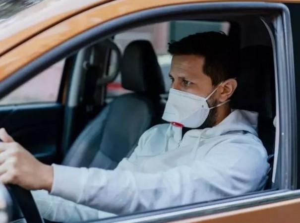 कार में अकेले बैठने पर भी मास्क पहनना हुआ अनिवार्य, दिल्ली HC का आदेश