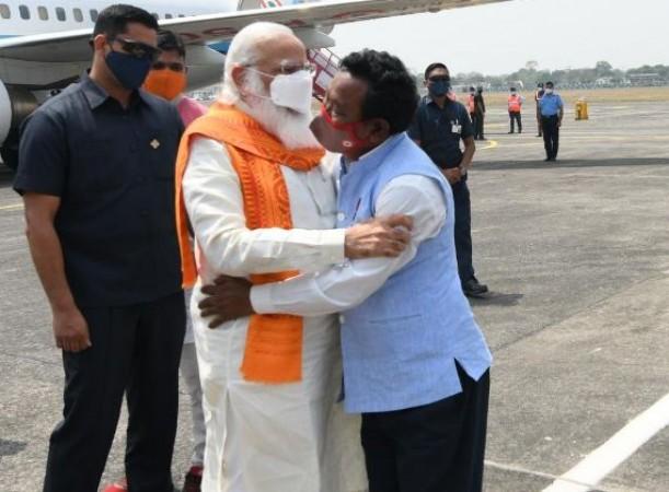 बंगाल:  जानें कौन हैं 'करीमउल हक' ? जिसे एयरपोर्ट पहुँचते ही पीएम मोदी ने लगाया गले