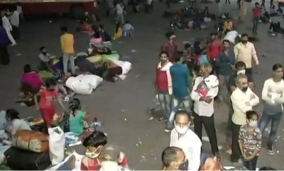 Migrant labourers forced to flee amid lockdown in Delhi, bus stand crowded