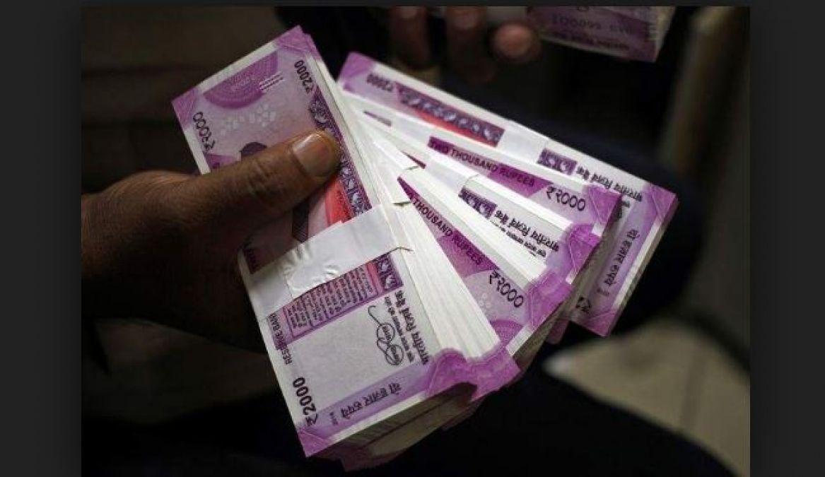 मोदी सरकार दे रही है 15 लाख रुपए, बैंक के बाहर लगी लाइन