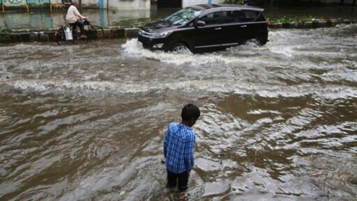 भीषण बारिश से फिर थमी मुंबई की रफ्तार, झरने में बही चार छात्राएं