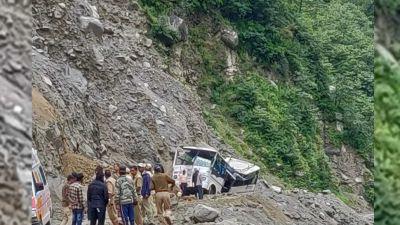 उत्तराखंड: बद्रीनाथ से लौट रहे श्रद्धालुओं की बस पर गिरा पहाड़ का हिस्सा, 6 की मौत कई लोग फंसे