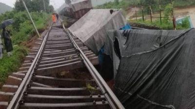 Train compartments derailed, orange alert in Odisha due to continous rain!