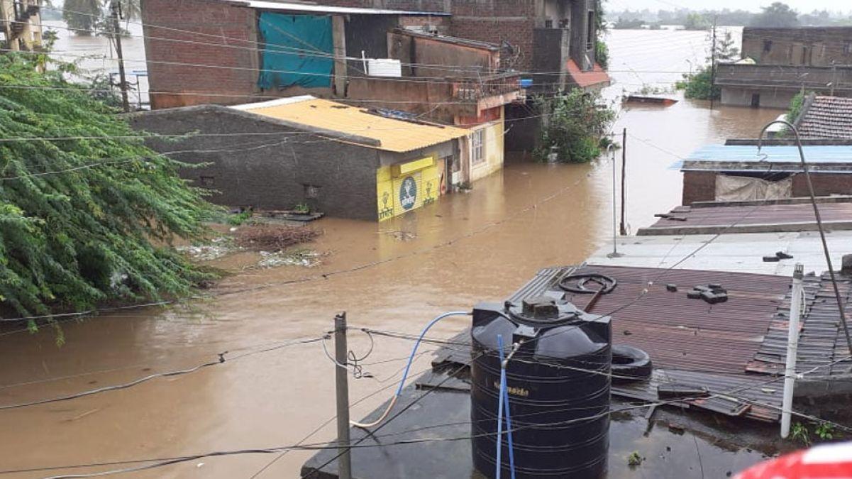 सांगली में बाढ़ ने मचाई तबाही, नाव पलटने से 11 लोगों की मौत