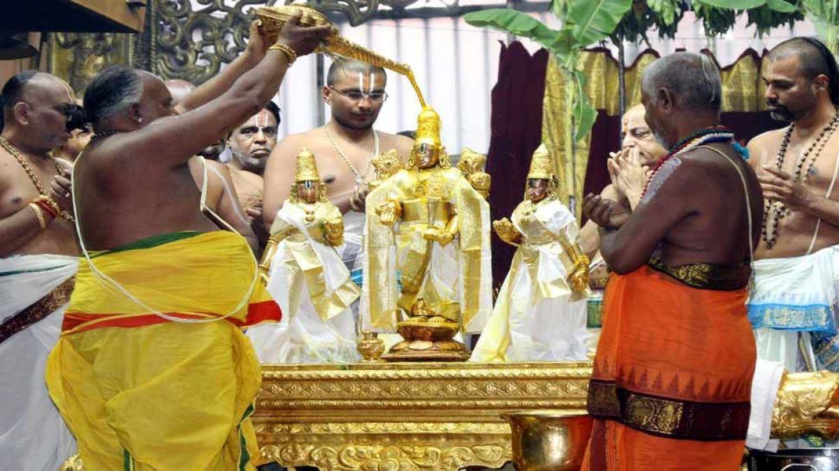 तिरुपति मंदिर में शुरू हुआ देवस्थानम पवित्रोत्सवम, दर्शन के लिए लगी दो किमी लम्बी कतार