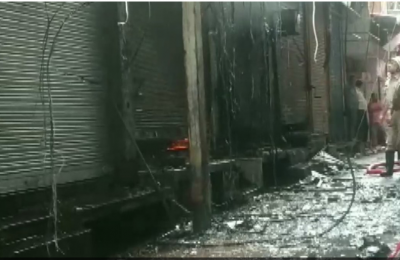 Fire breaks out in Delhi's textile market, 21 fire brigade vehicles rushed to the spot