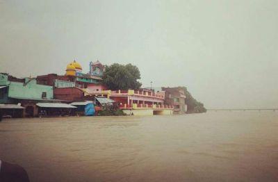 उन्नाव में पूरे उफान पर गंगा, बाढ़ की आशंका के चलते दहशत में लोग
