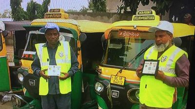 QR codes on auto-taxis in Delhi, all driver's information can be received on scanning!
