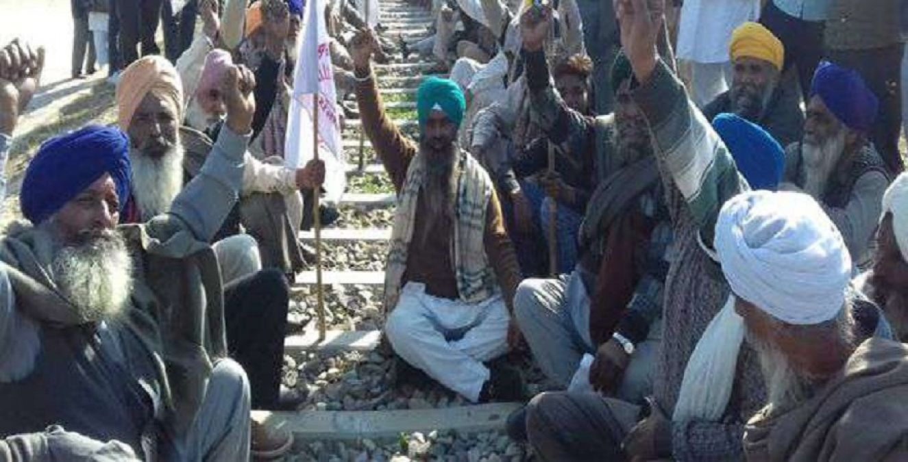 Punjab farmers opens front against Amarinder government, railway track jammed